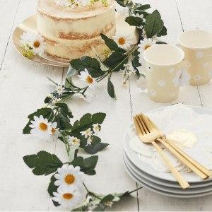 Planera midsommarfest - Blomstergirlang med Prästkragar